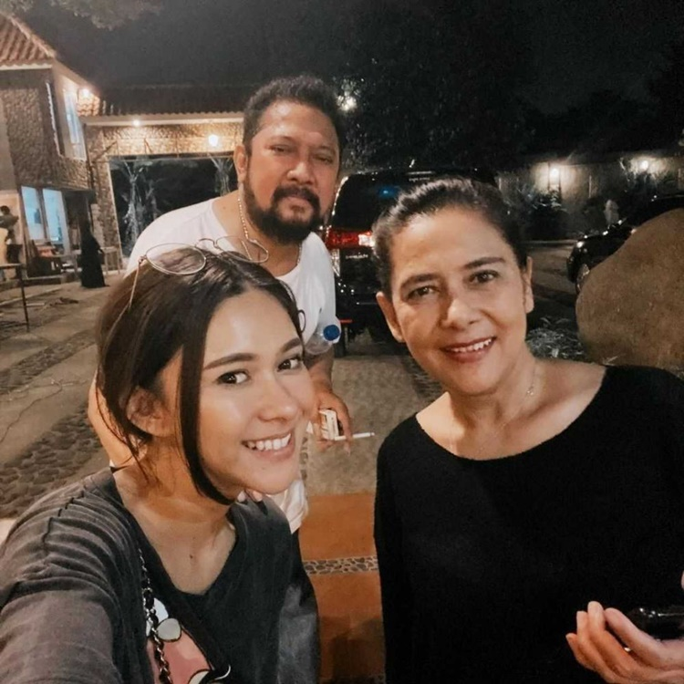 Bikin Iri! Intip 10 Momen Kedekatan Nana Mirdad dan Sang Papa