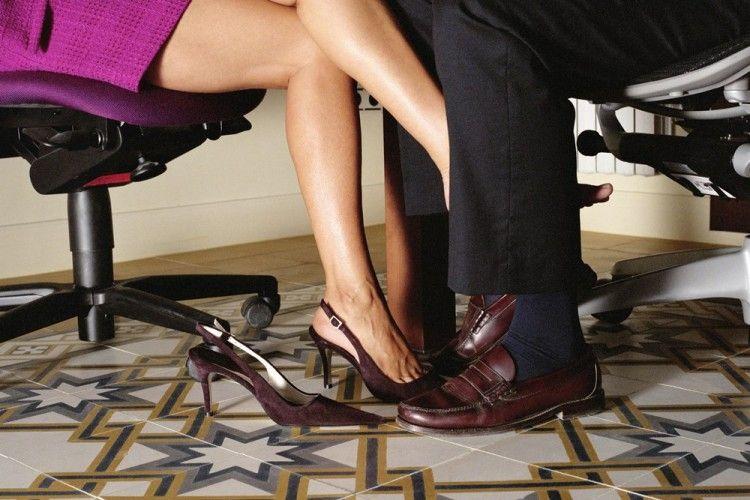 5 Konsekuensi Saat Kamu Selingkuh dengan Rekan Kerja