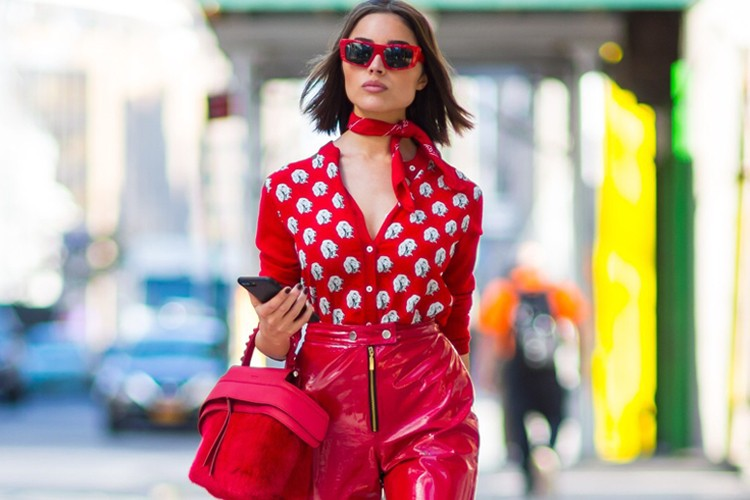 Inspirasi Gaya Nyentrik Pakai Celana Merah