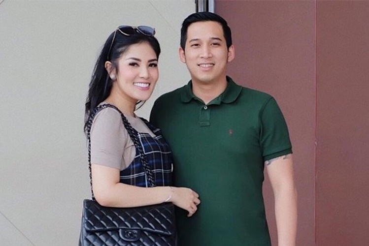 Umbar Aib Suami, 7 Fakta Mengejutkan di Balik Perceraian Nindy Ayunda