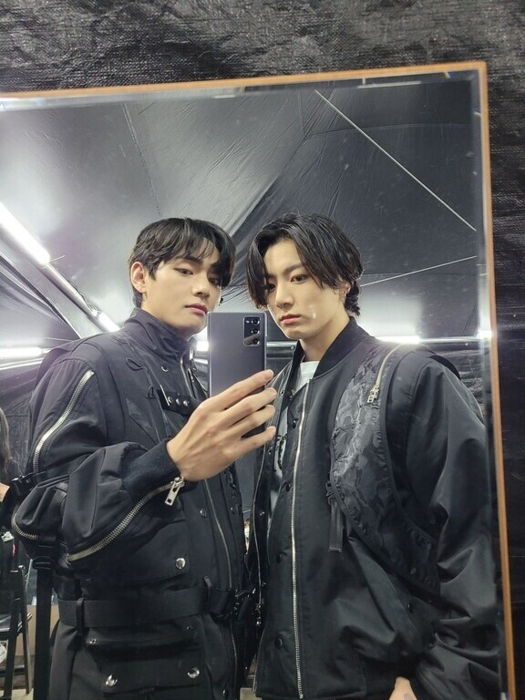 Hobi OOTD, Intip Gaya Keren V BTS Sambil Mirror Selfie