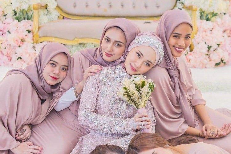 10 Inspirasi Model Pakaian Bridesmaid untuk Perempuan Hijab