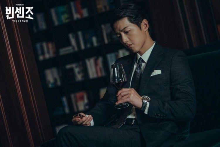 """Karismatik, Ini 8 Potret Pesona Song Joong Ki dalam """"Vincenzo"""""""