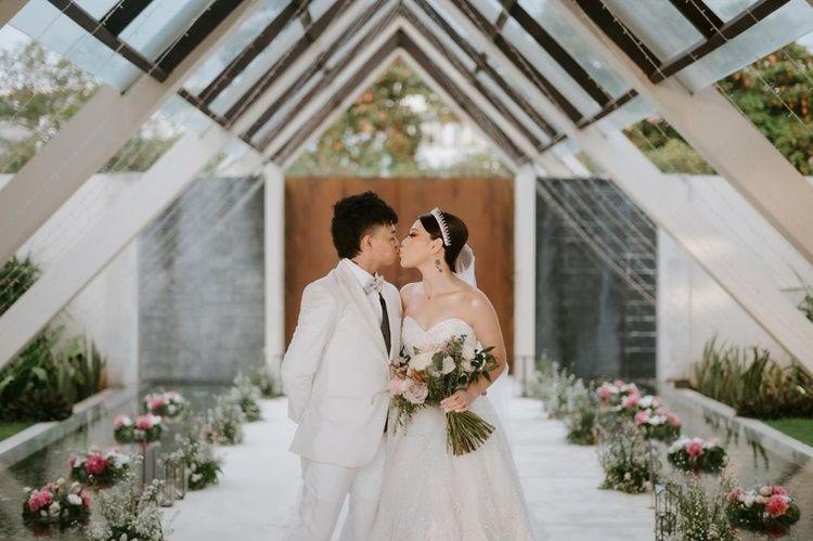 Menikah dalam Agama Buddha, 9 Momen Bahagia Reza Arap & Wendy Walters
