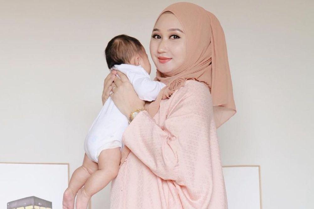 7 Potret Terbaru Dian Pelangi, Mama Muda Bergaya Kekinian