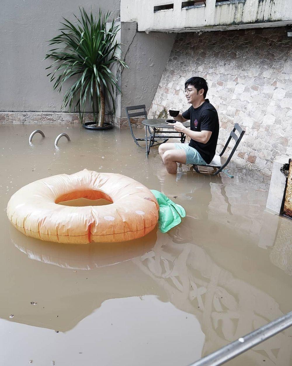 Deretan Gaya Para Artis saat Kebanjiran, Mewah hingga Apa Adanya