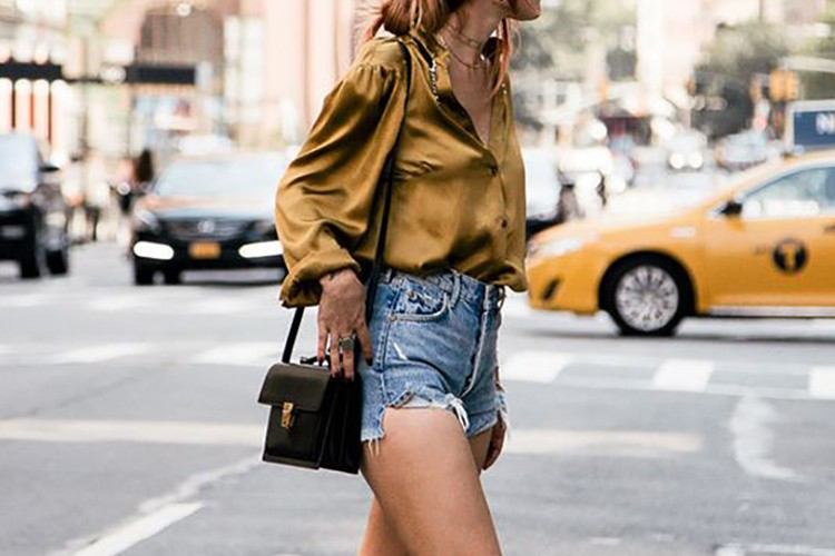 Inspirasi Gaya Street Style dengan Hot Pants