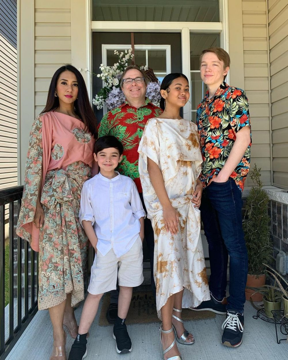 Menetap di Luar Negeri, 10 Keluarga Artis Ini Dikenal Harmonis