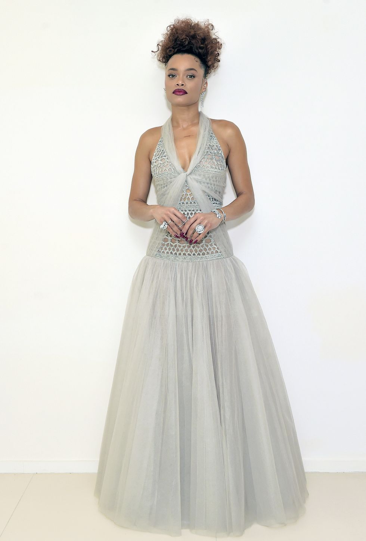 10 Gaun Terbaik di Karpet Merah Golden Globes 2021