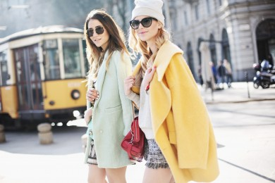 7 Inspirasi Gaya Outfit Pakai Warna Pastel Musim Hujan