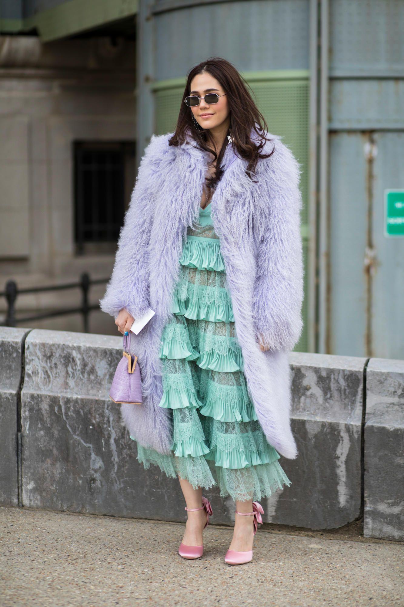 7 Inspirasi Gaya Outfit Pakai Warna Pastel di Musim Hujan