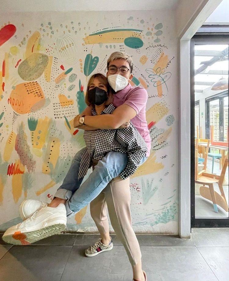 9 Potret Artis Saat Digendong Pasangan, Mesra Bak Masih Pacaran!