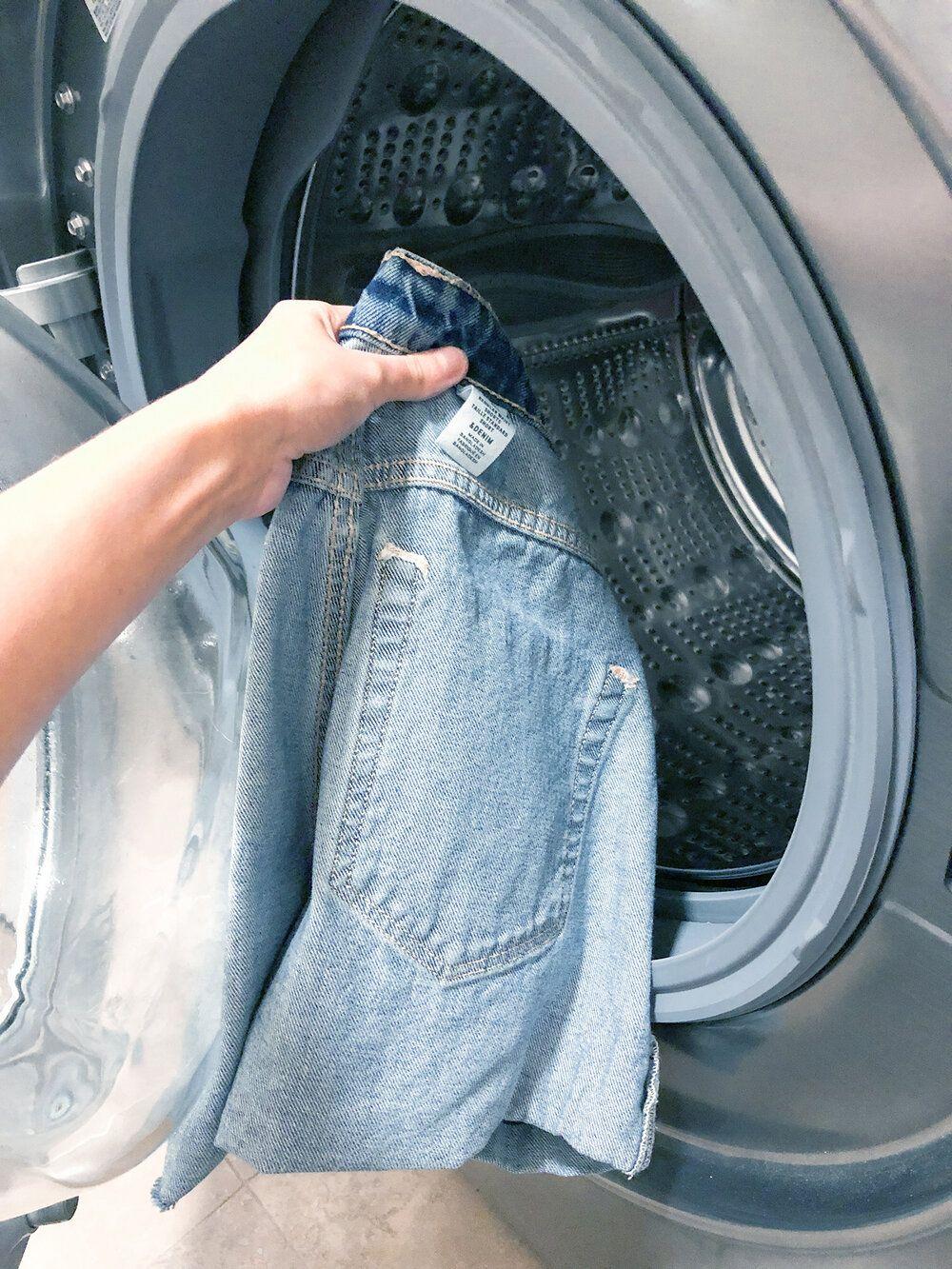 Kembalikan Bentuk Celana Jeans yang Melar dengan Cara Ini