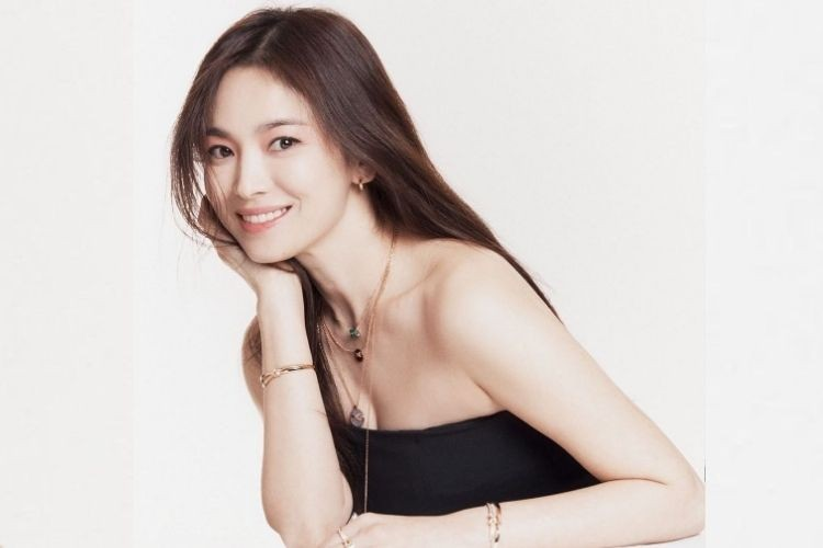 Gaya Seksi Song Hye Kyo saat Pemotretan, Tetap Elegan nan Mewah!