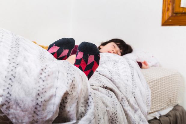 Memakai Kaus Kaki Saat Tidur, Baik atau Buruk?