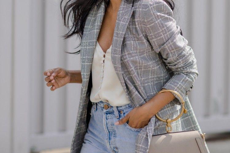 Inspirasi OOTD Pakai Blazer Kotak-kotak dan Celana Jeans