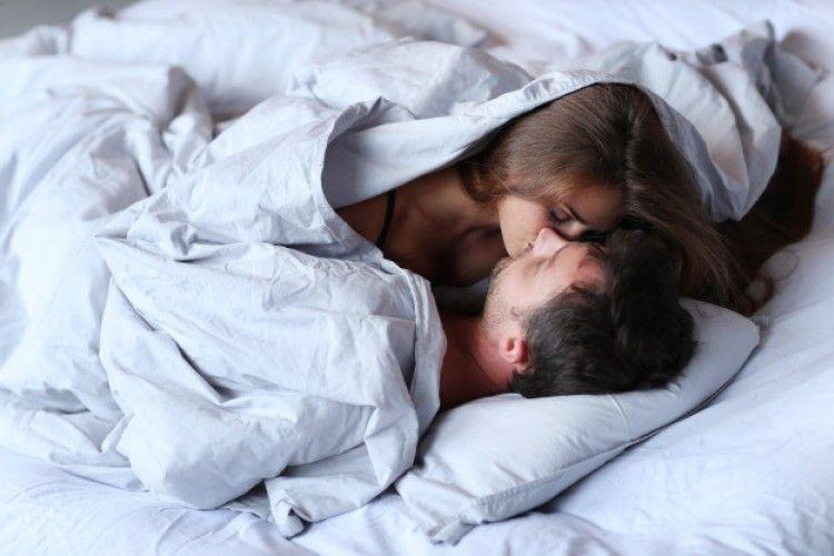 Tidak Hanya Mesra, Ini 7 Manfaat Ciuman di Pagi Hari
