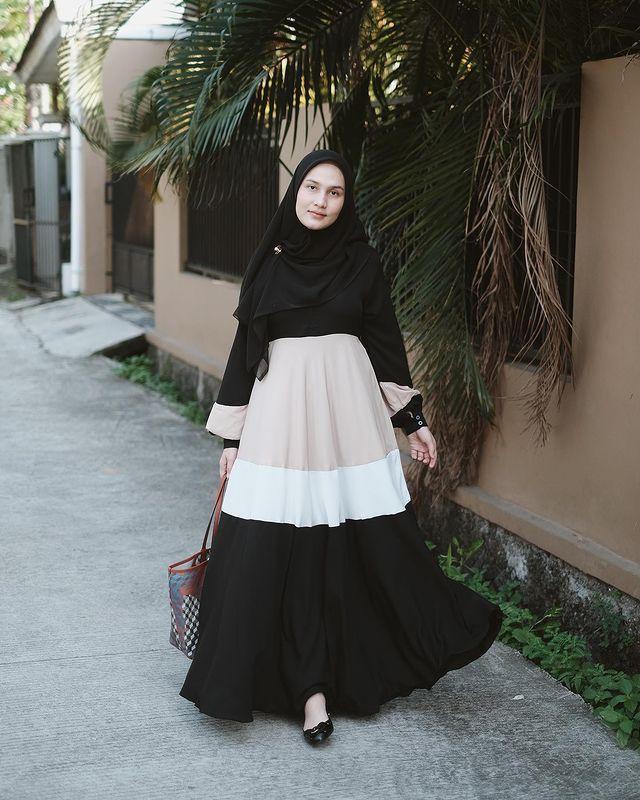 Inspirasi OOTD Pakai Gamis Hitam untuk Perempuan Hijab