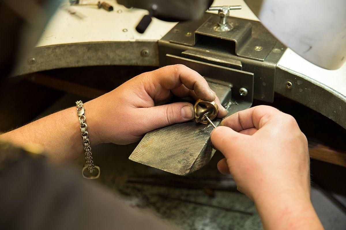 6 Cara Mudah Membuat Cincin yang Kebesaran Tetap Bisa Dipakai