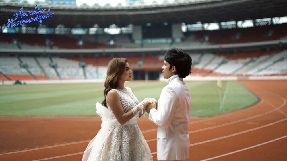 10 Foto Pre-Wedding Atta-Aurel, dari Konsep Modern Sampai Adat!