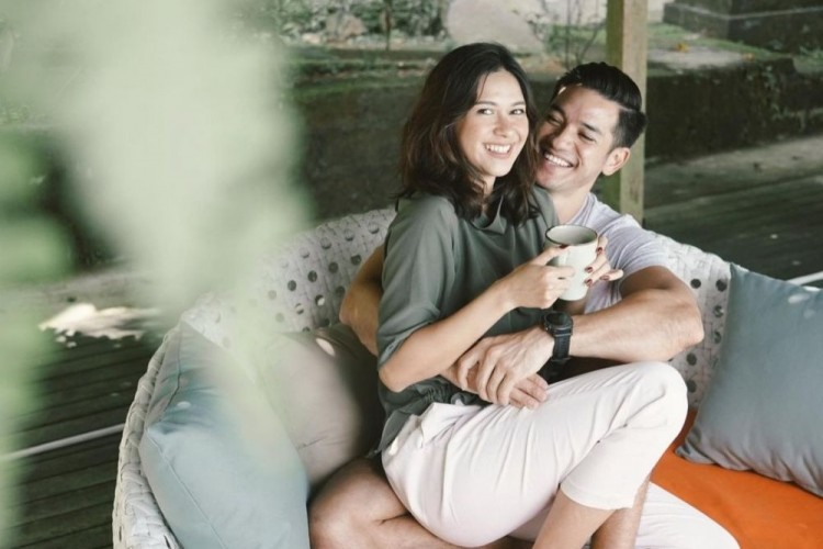 Mesra Banget! Intip 10 Momen Intim Artis Duduk di Pangkuan Suami