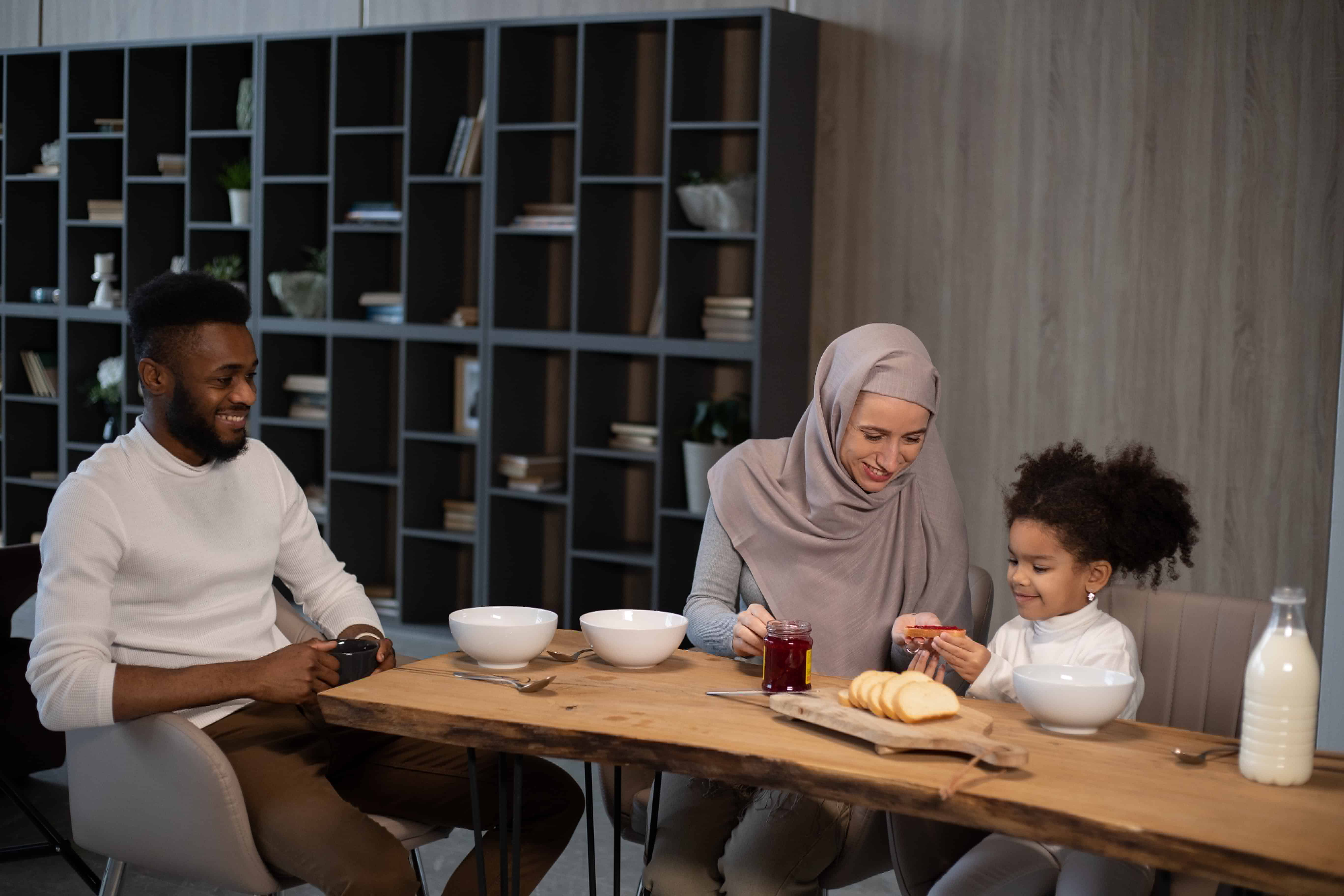 Tidak Mudah, Ini 10 Peran Ayah dalam Keluarga Menurut Islam