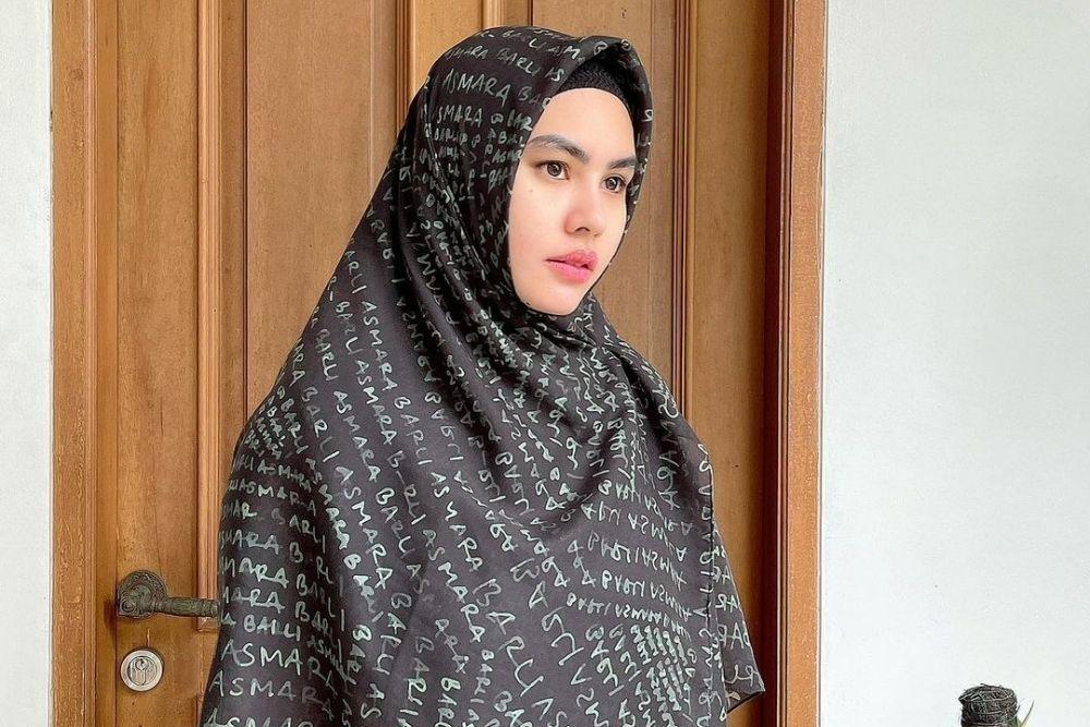Contek 7 Makeup Look Seleb Tanah Air yang Mengenakan Hijab Syar'i