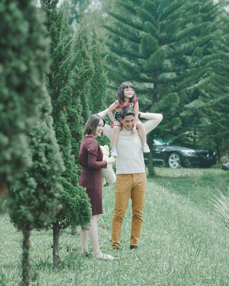 Suami Idaman! 10 Adu Gaya Arya Saloka dan Keluarga Asli vs Sinetron