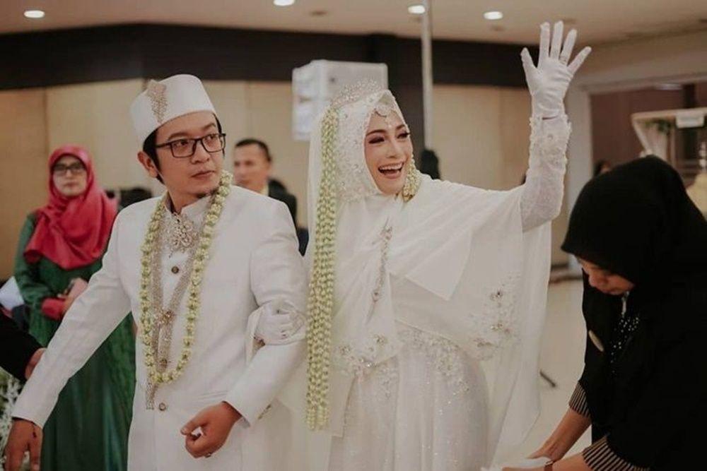 10 Momen Pernikahan Artis yang Lepas Lajang di Usia 40-an Tahun