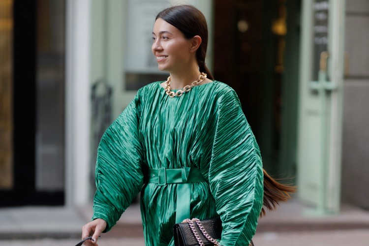 Inspirasi Model Dress Hijau Emerald untuk Pergi ke Pesta