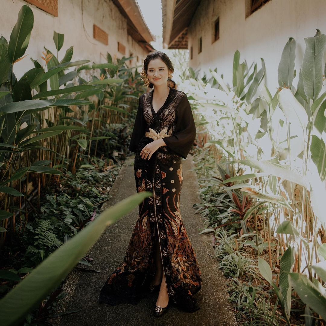 Curi Perhatian di Pernikahan Atta - Aurel, Ini Gaya Asli Sarah Menzel