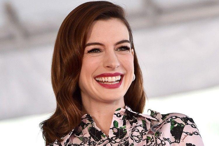 Tips Bergaya Kasual a La Anne Hathaway