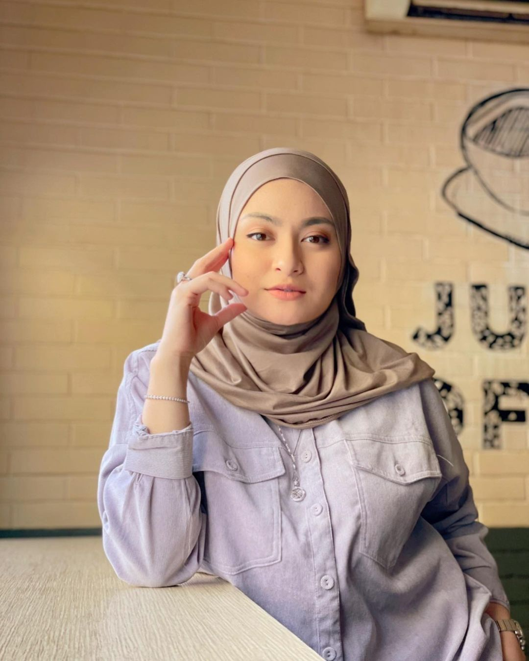 10 Selebriti yang Memutuskan Mualaf, Salah Satunya Istri Arya Saloka