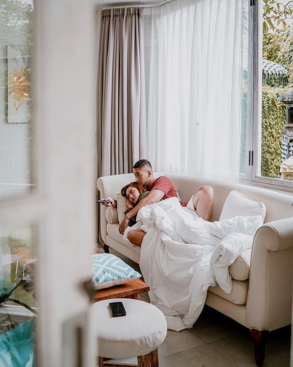 10 Momen Intim Siti Badriah dan Krisjiana yang Bikin Panas Dingin