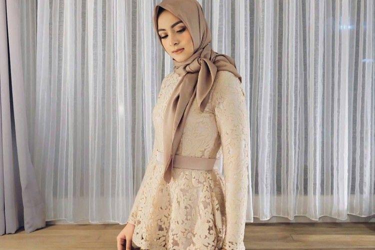 Hadiri Pesta dengan Outfit Hijab Modern Model Kebaya Peplum