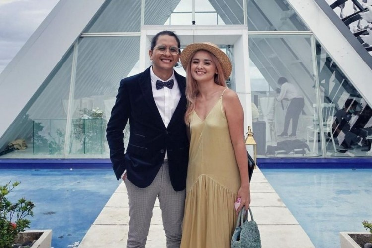 Positif COVID, Ini 10 Potret Perjalanan Cinta Joanna Alexandra & Suami