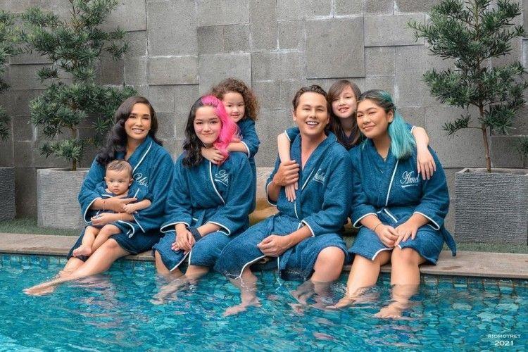 10 Potret Keluarga Presenter Top Indonesia yang Dijuluki Family Goals