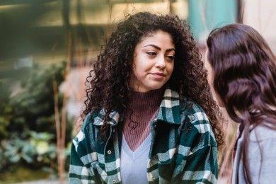 5 Alasan Nggak Boleh Sering Minta Saran Hubungan dari Orang Lain