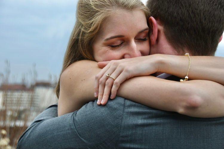 Fenomena Love Bombing, Kenali Tanda dan Bahayanya Buat Kamu