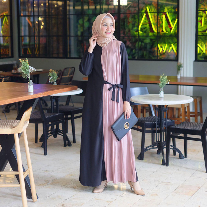 Inspirasi Padu-padan OOTD Hijab dengan Gamis Plisket yang Elegan