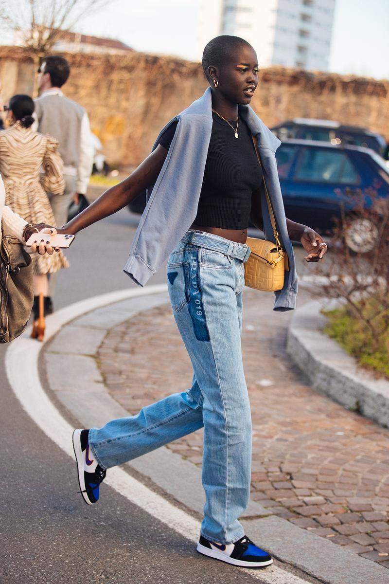 Tips Bergaya Kekinian dengan Padu-padan Celana Jeans dan Sneakers