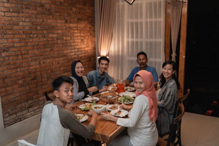 7Keuntungan Buka Puasa di Rumah Bersama Keluarga
