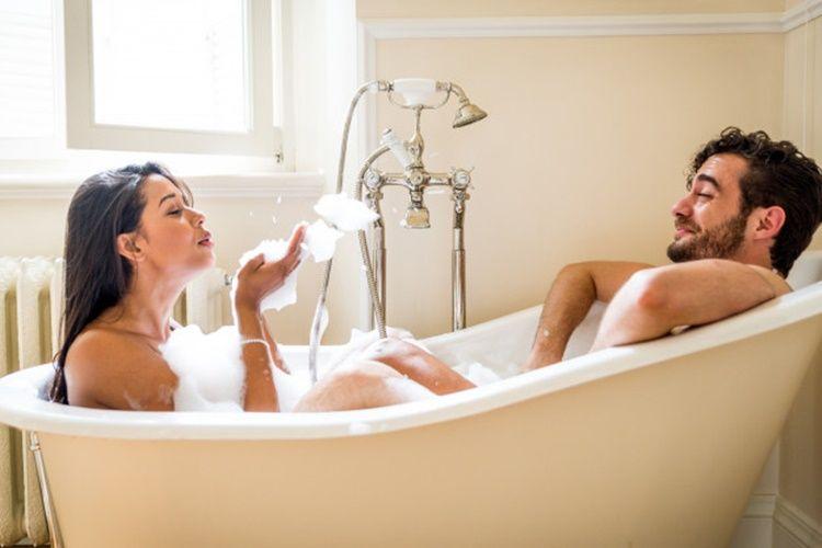 Romantis! 5Cara Berhubungan Seks di Bathtub Agar Makin Intim