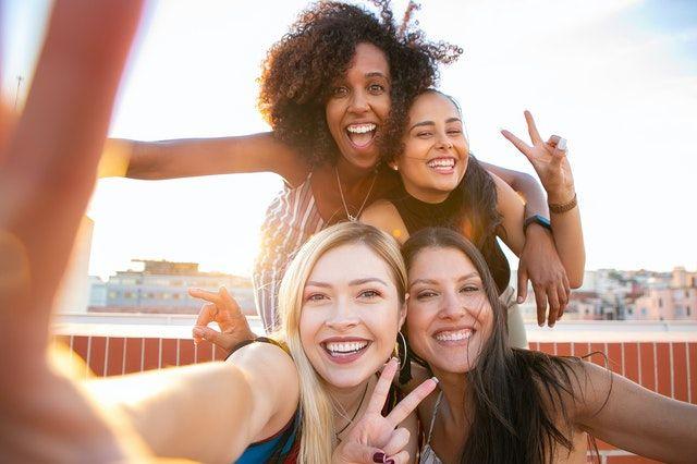 6 Tanda yang Ditunjukkan Perempuan Pemalu Saat Jatuh Cinta