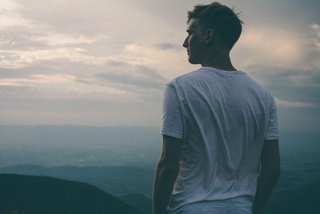 7 Perilaku Ini Menandakan Laki-laki Menyesal Telah Menyakitimu
