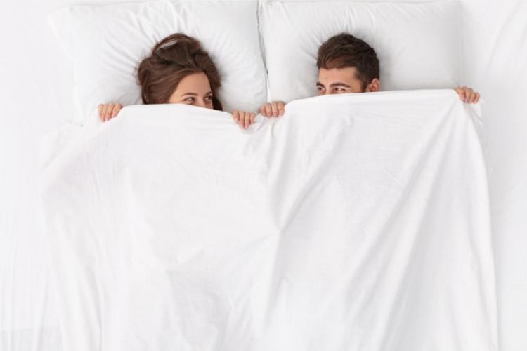 Punya Pasangan yang Pemalu Saat Berhubungan Seks? Coba 9 Cara Ini