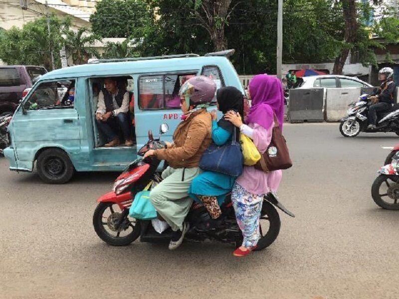 10 Potret Aksi Emak-emak Naik Kendaraan ini Kocak Banget
