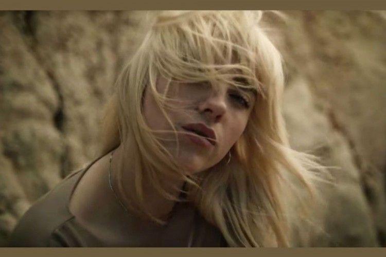 "Dililit Anaconda, Ini Video Klip Terbaru Billie Eilish, ""Your Power"""