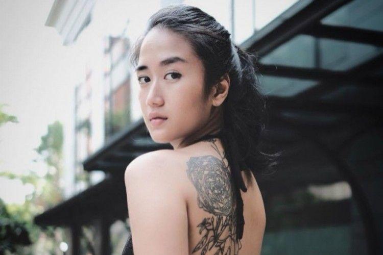 Gaya Seksi Artis Cewek Indonesia Pamer Tato di Tubuh, Bikin Salfok!