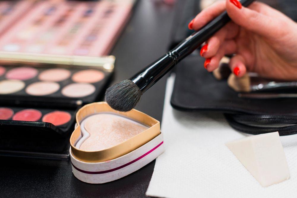 5 Trik Ubah Tampilan Lipstik Matte jadi Glossy